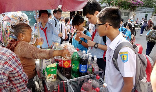In Vietnam, mobile food stands around schools pose threats to students' health