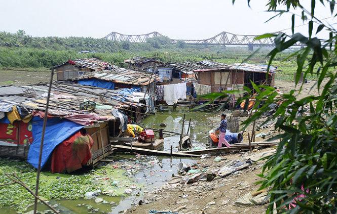Sad lives adrift on 'floating slum' near Hanoi's iconic bridge