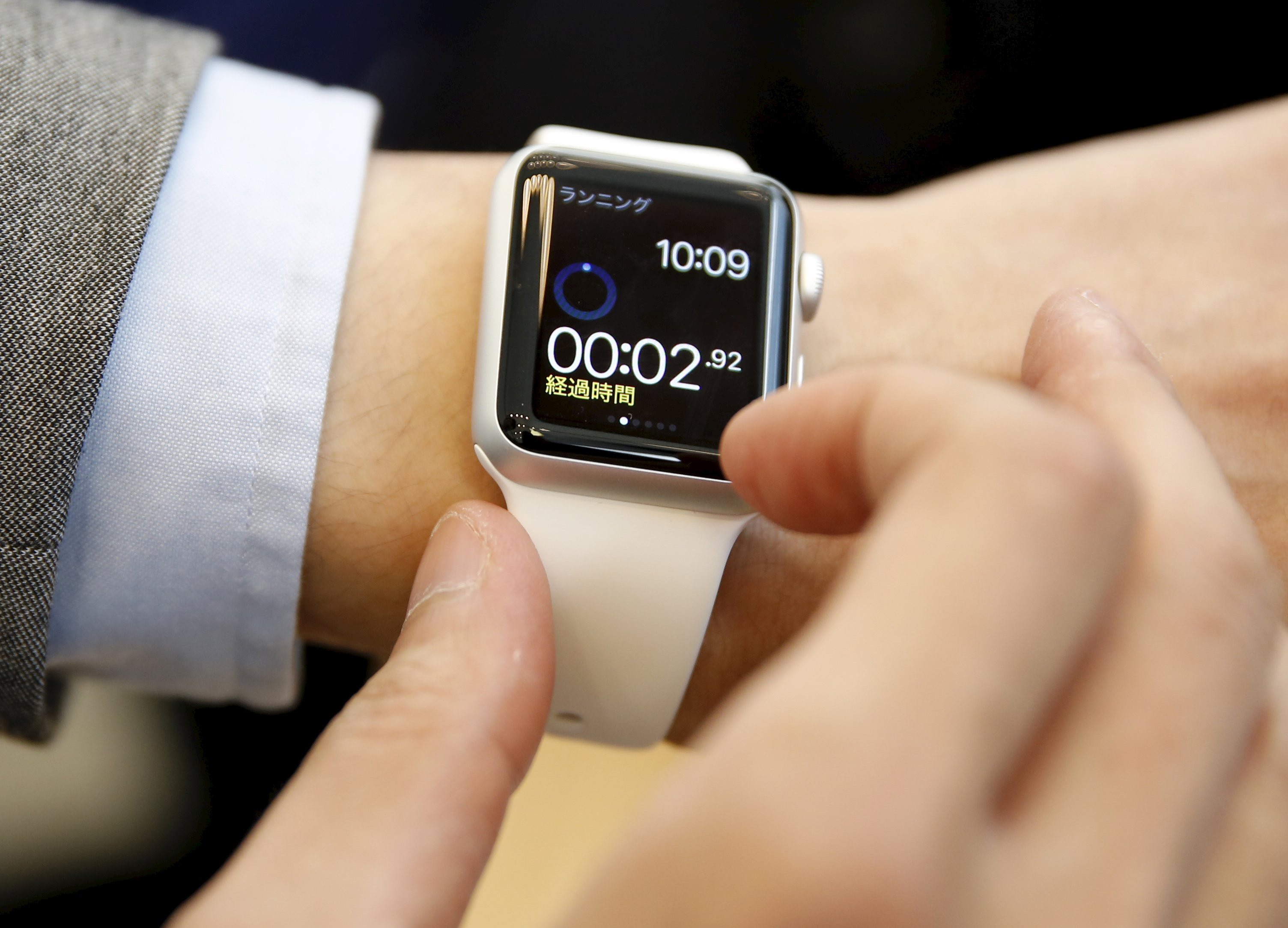 Apple expects strong demand in smartwatch consumer debut