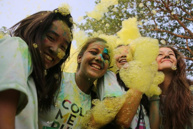 Over 2,000 covered in colored powder during 'Color Me Run' in Vietnam