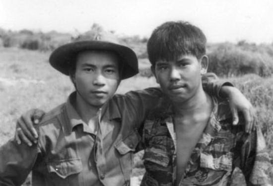 The person quest behind photo of embracing enemies in Vietnam war