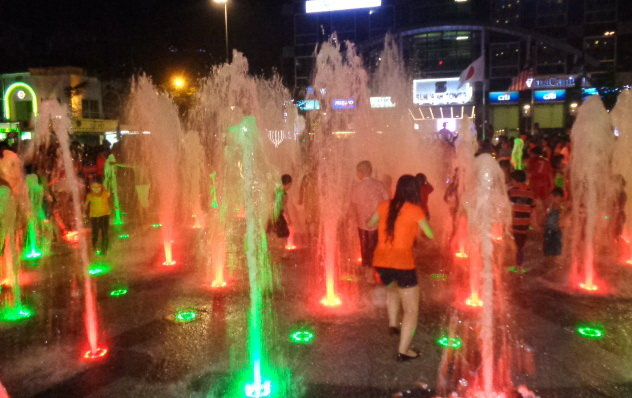 Uh-oh! Youths taking showers at Ho Chi Minh City pedestrian street fountains