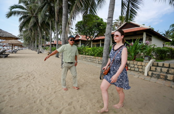 Resort in Nha Trang faces fine for banning tourists, residents from walking on beach