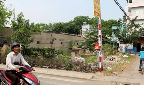 Deceased people quietly buried in Ho Chi Minh City residential areas