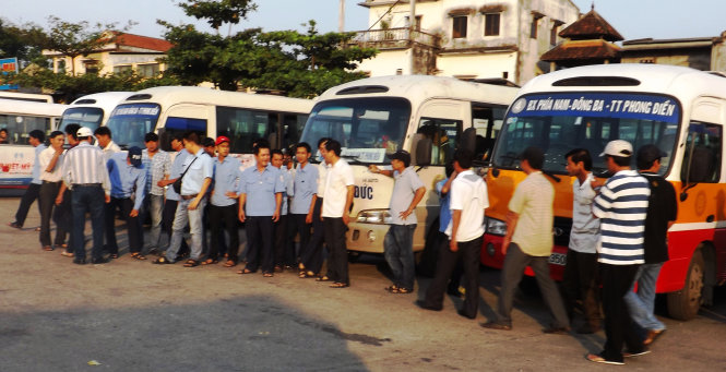 Over 70 bus drivers in Hue go on strike over low salary