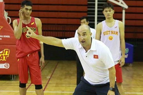 Vietnamese American sponsors national basketball team at SE Asian Games