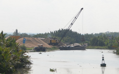 Unlawful sand exploitation and transactions take place blatantly at a section of Dong Nai River which goes through District 9's Truong Thanh Ward.