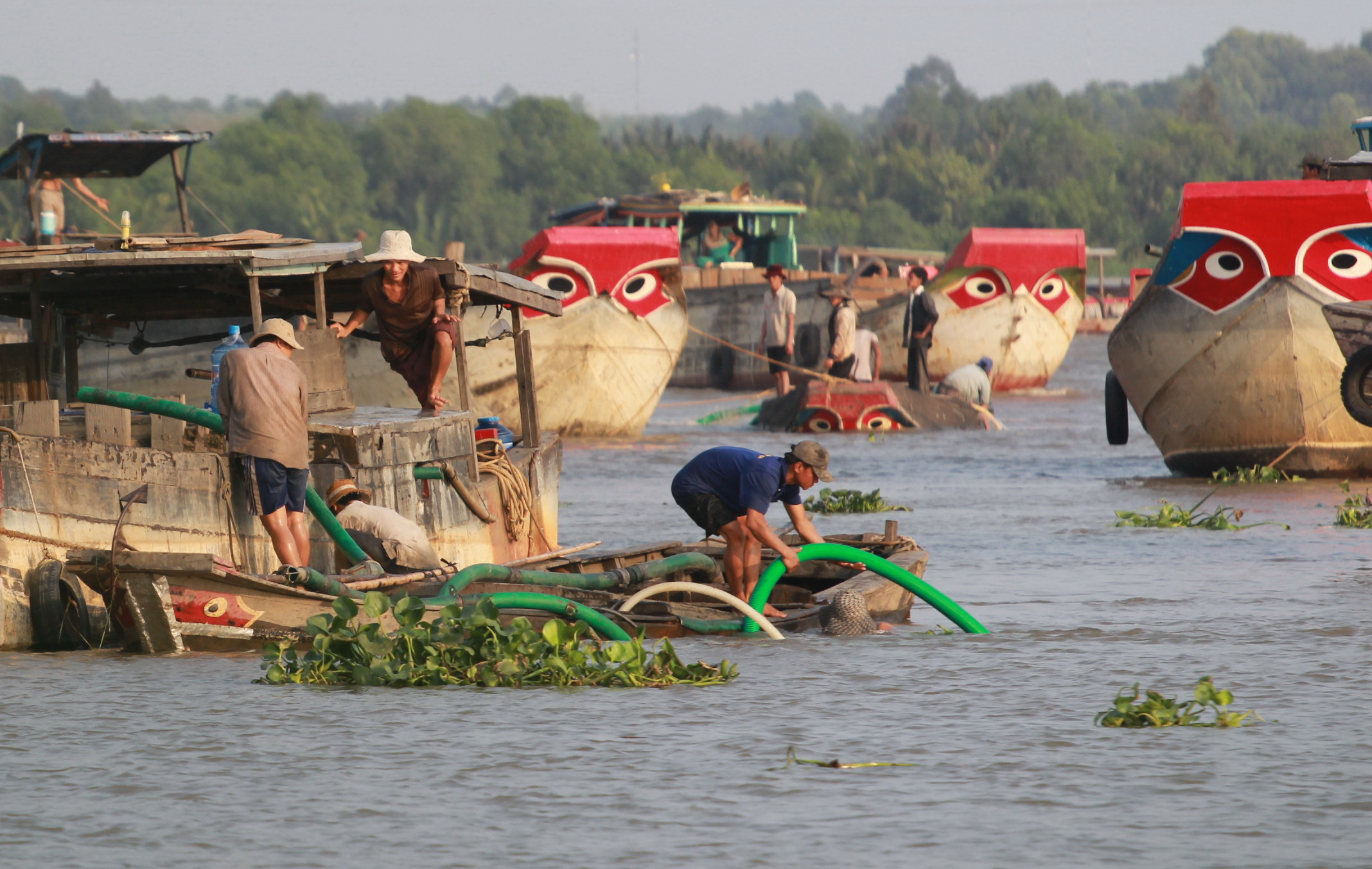 Law-defying sand exploitation and transactions take place blatantly at a section of Dong Nai River which goes through District 9's Long Phuoc Ward.