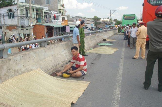 Hidden perils posed by markets located beneath bridges in Vietnam