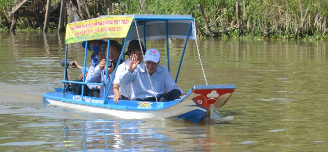 Vietnamese farmers make solar-powered boat