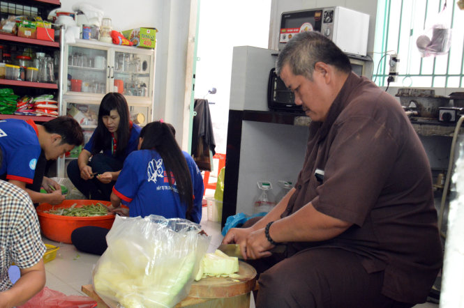 'Adoptive parents' of poor students during exam season in Vietnam