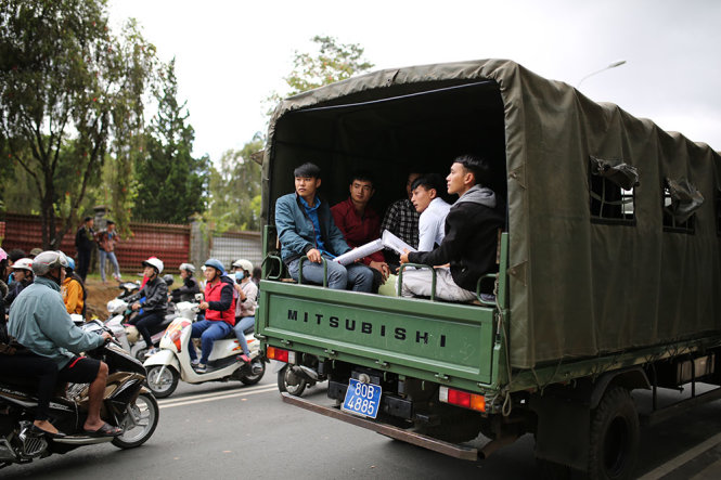 Police in the Central Highlands province of Lam Dong have helped students by using six trucks to carry more than 130 students to their exam venue at Da Lat University.