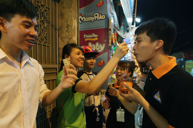 A group of students in Bac Tu Liem District, Hanoi enjoy ice cream to ease stress the night before the exam.