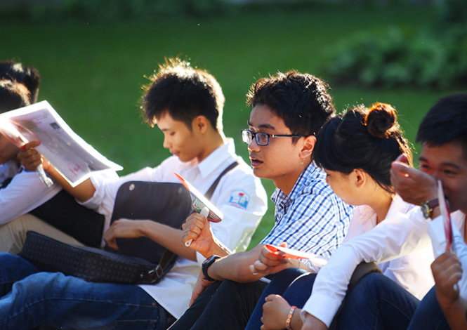 Many students arrived at Thuy Loi (Irrigation) University early in the morning of July 1, 2015 for the first two subjects, math and foreign languages, despite the 39-degree Celsius heat in Hanoi.
