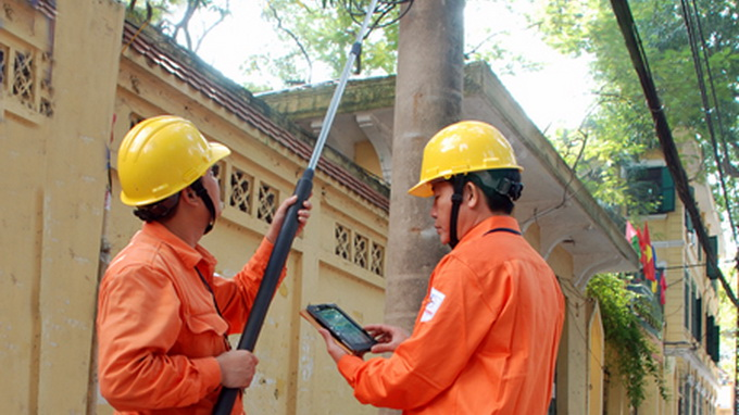 Hanoi electric utility now reads meters with 'selfie stick'