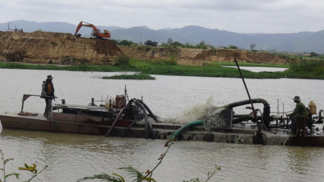 Sand exploitation ravages river banks in Vietnam's Central Highlands
