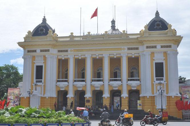Experts lambaste Hanoi Opera House's new paint job