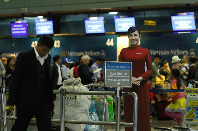 Woman caught with stolen iPhone before boarding flight at Hanoi airport