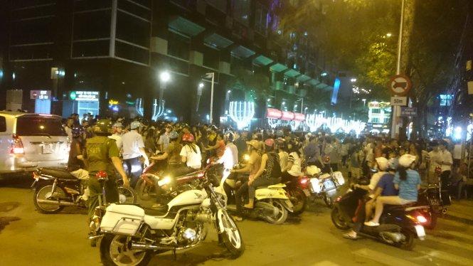 Hundreds turn Ho Chi Minh City promenade into maelstrom to watch fight