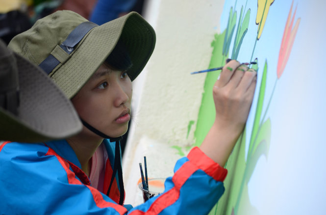Volunteer students decorate Ho Chi Minh City hospital wall with cartoons