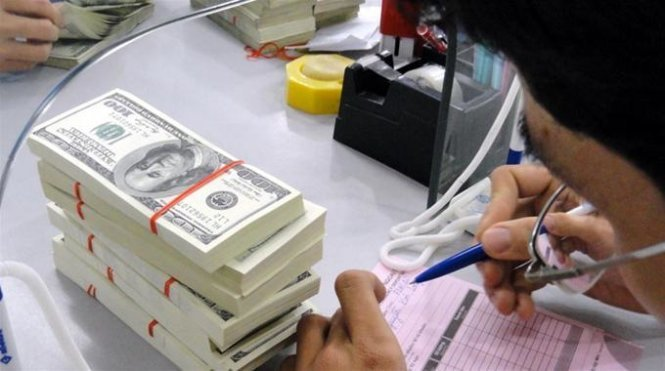 Vietnam devalues dong by 1%, widens trading band to 3%