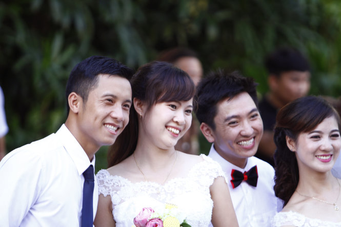 Fifty soon-to-be groom and bride couples take part in race in Hanoi