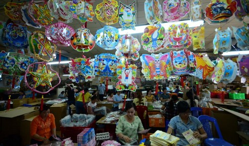 Vietnamese Mid-Autumn Festival lantern makers hurt by Chinese copycats