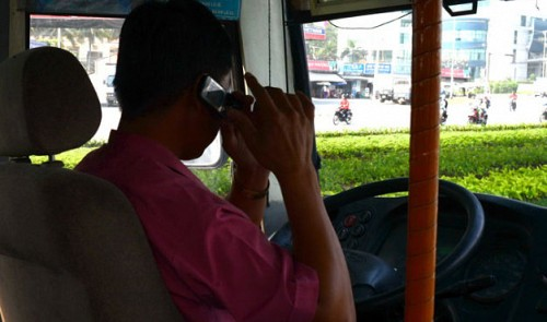 Vietnam to fine those using cellphones while driving