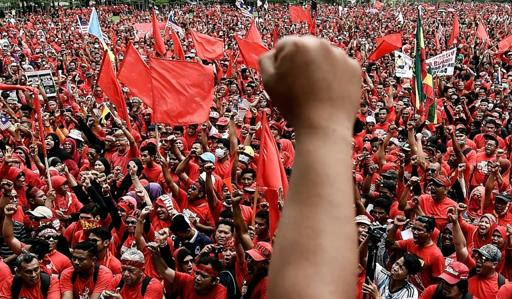 Malaysia fires water cannon on pro-government demonstrators