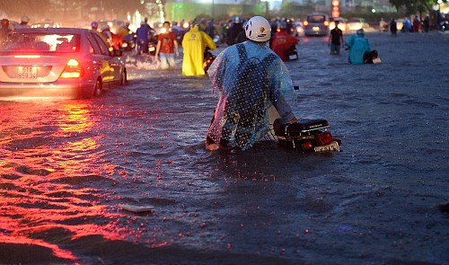 Rainwater rises to the seats of motorbikes on Nguyen Huu Canh Street in Binh Thanh District, Ho Chi Minh City during the prolonged torrential rain on September 15, 2015.