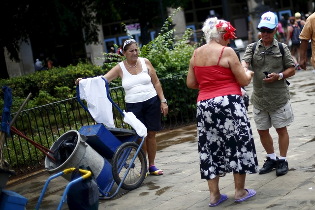 Obama chips away at Cuba embargo, discusses efforts with Raul Castro
