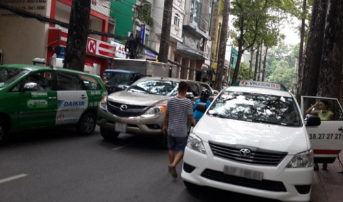 Taxis defy bans to occupy streets in space-poor Ho Chi Minh City