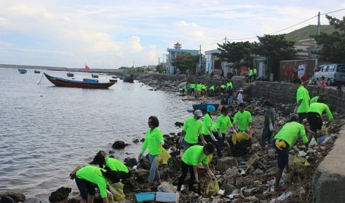 Tourists clear central Vietnam island of litter, promising new tour model