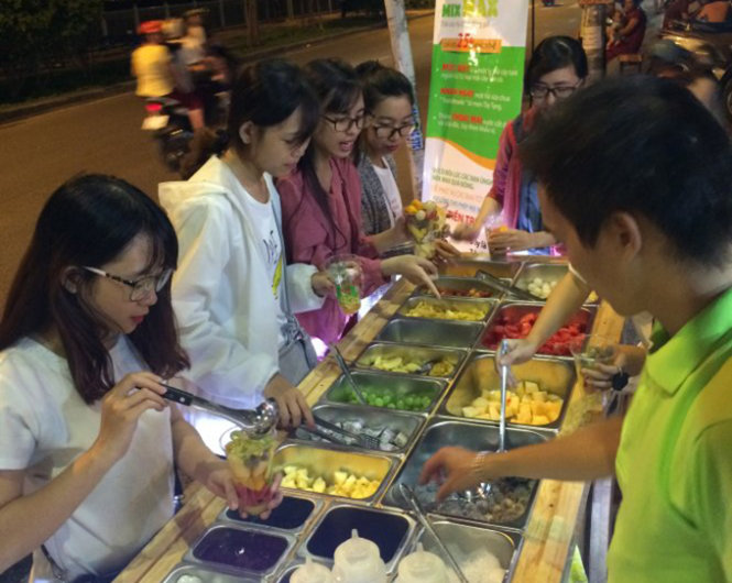 'Vietnamese-style' fruit buffet taken to the streets