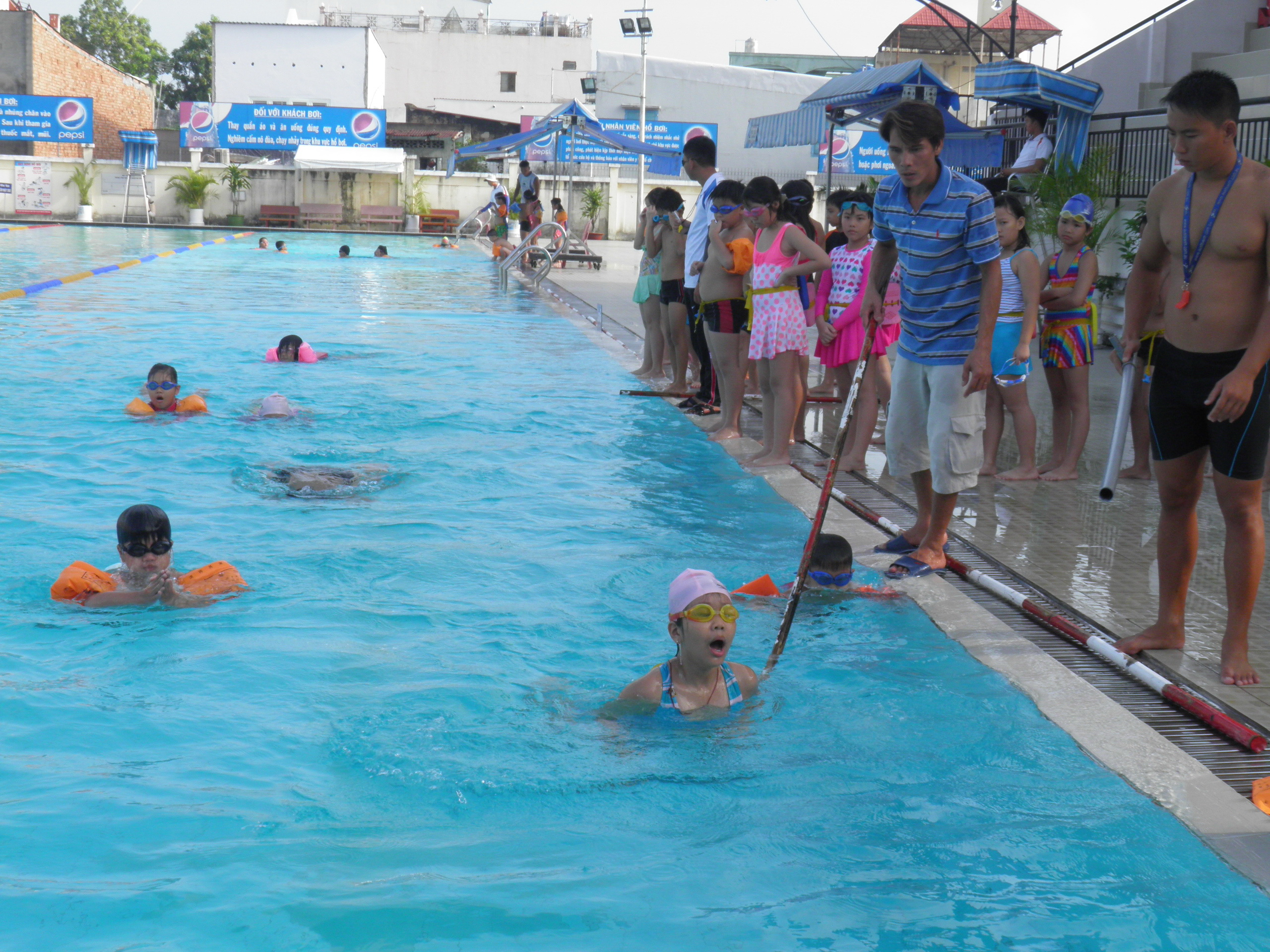 In Ho Chi Minh City, swimming classes ensure students' fitness, develop talents
