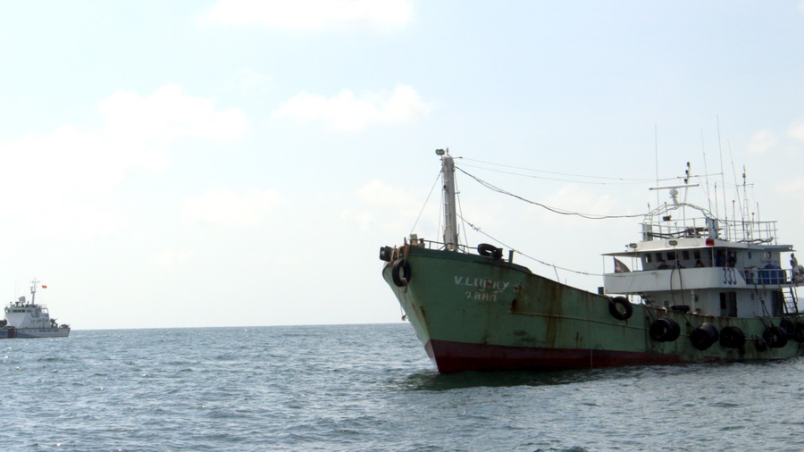 Armed foreign vessel caught illegally selling oil to Vietnamese ship at sea