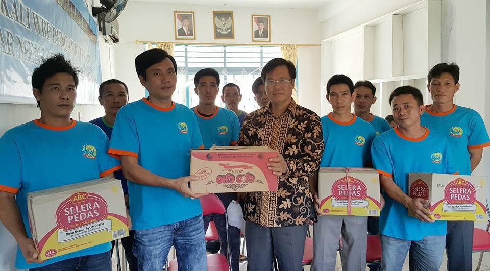 Vietnamese ambassador visits fishermen detained in Indonesia