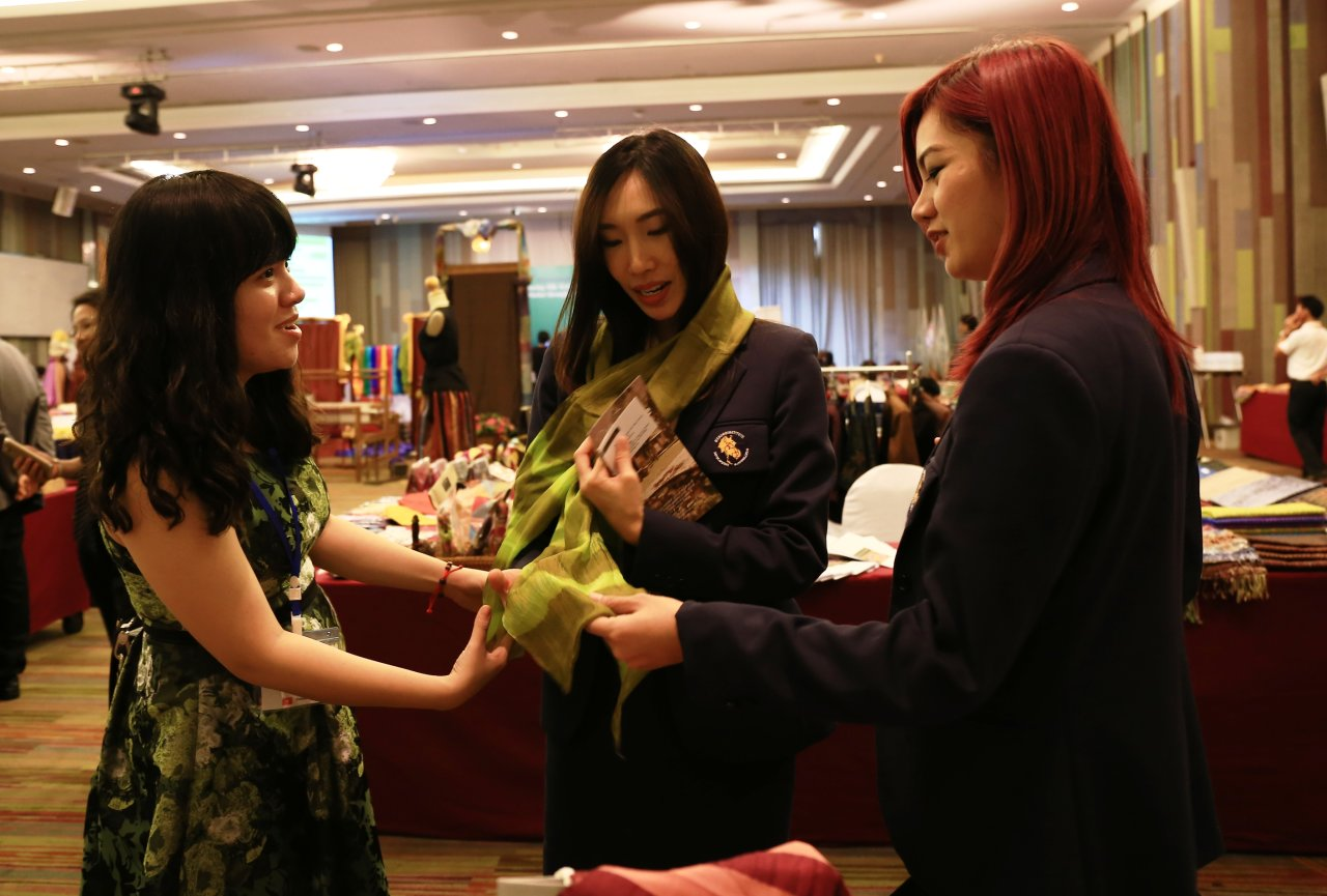 Vietnamese girl introduces local silk at international conferences