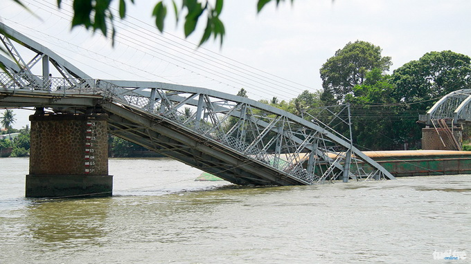Bridge collapses in southern Vietnam following barge collision
