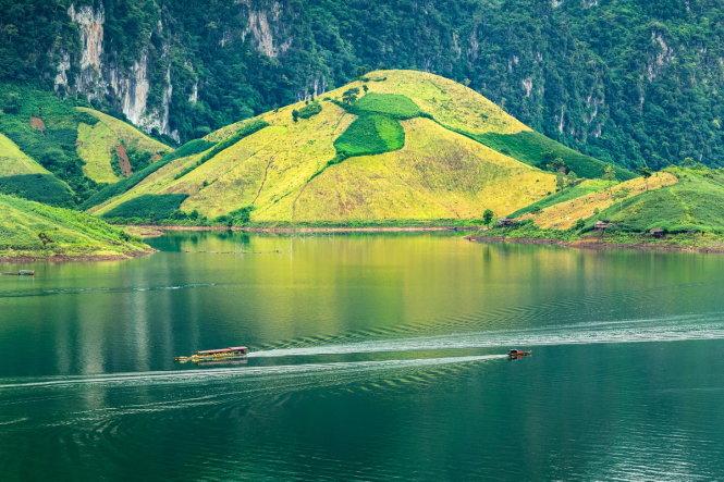 A peaceful moment on the Da River located in northwestern Vietnam.