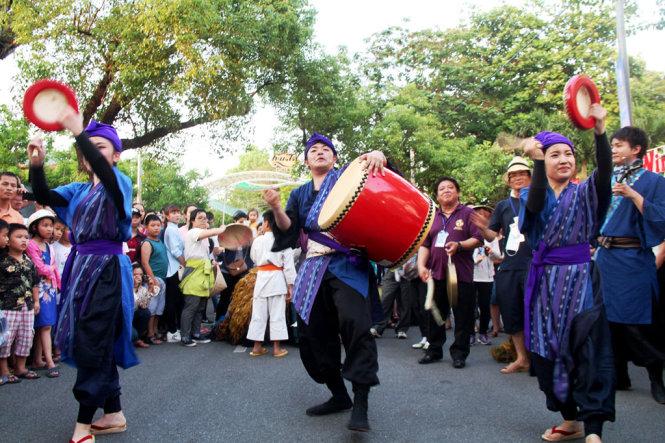 Japanese artists perform their traditional Yosakoi dance.