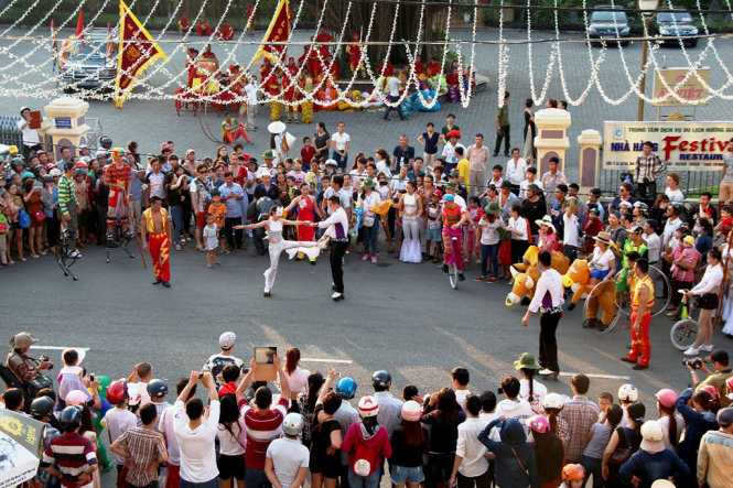 A performance of a Vietnamese circus group.