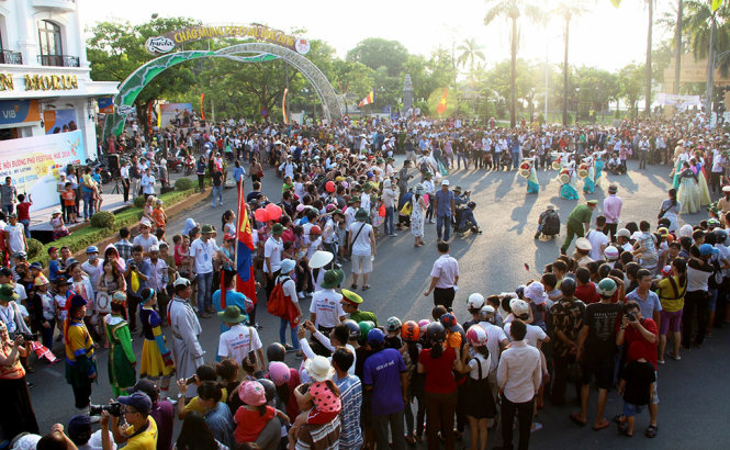 The street festival attracts a huge number of locals and tourists.