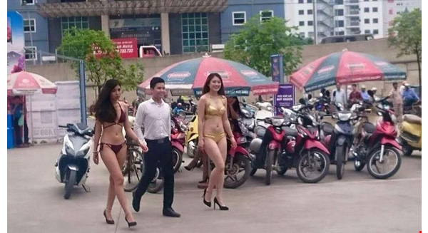Hanoi electronics store staff fined for running bikini-clad promotion