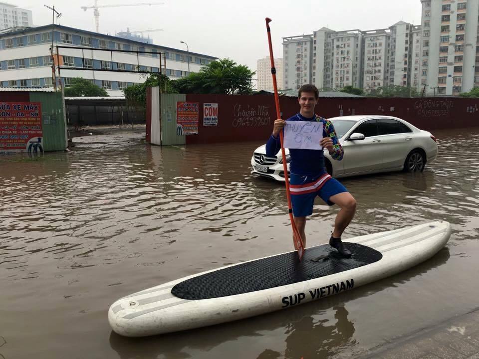 Foreigner introduces paddle board taxi service to flooded Hanoi street