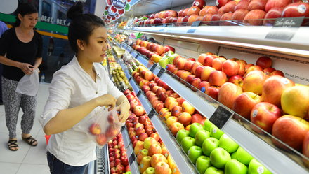 Chinese fruit loses grip on Vietnam's supermarket shelves, but not street carts