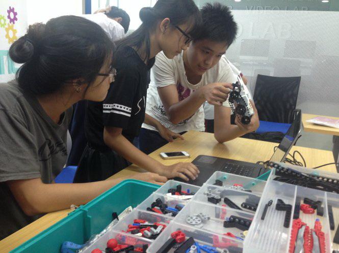 Summer robotics class creates free scientific playground in Ho Chi Minh City