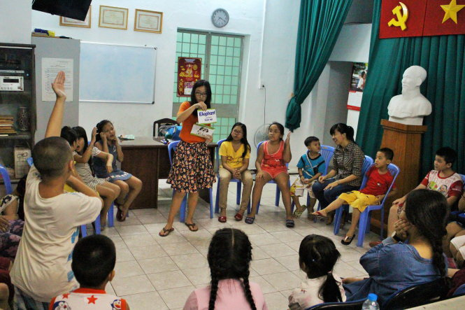Teen girl teaches free English to children in Ho Chi Minh City