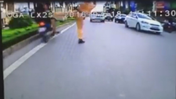 Hanoi cop suspended after video surfaces of him kicking traffic offenders
