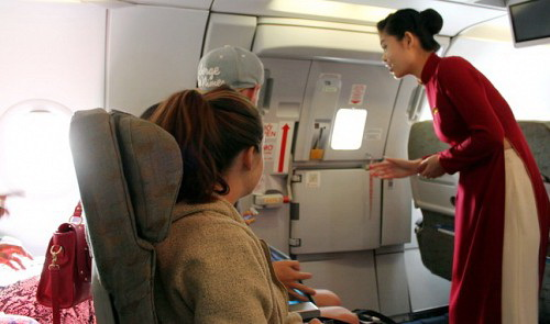 Vietnamese passenger fined for wearing life jacket without flight staff's consent